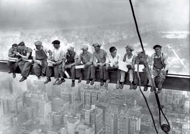 Foto Para Pekerja Makan Siang di atas Gedung Pencakar Langit