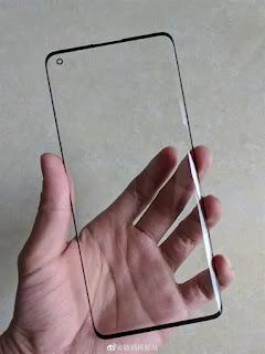 OPPO Find X2 pelindung layar menunjukkan bezel dan lubang punch yang sangat sempit