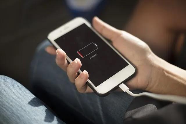 قد يؤدي شحن جهاز iPhone إلى حل مشكلات الشاشة السوداء.