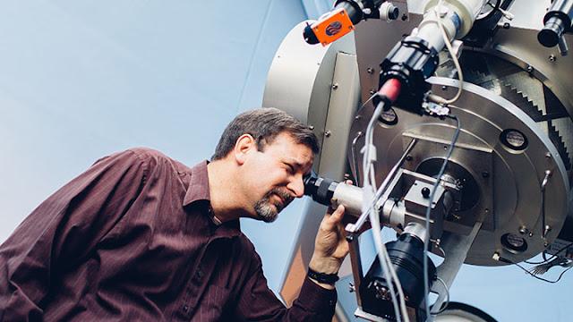 Professor Lawrence Molnar que previu que o sistema binário de estrelas KIC 9832227 iria colidir em 2022