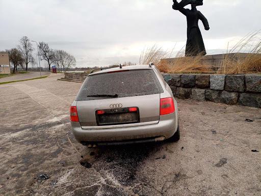 Auto vadītājs avarē rotācijas aplī Daugavpilī 4