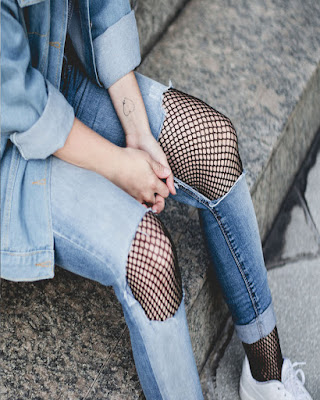 pose con jeans rotos y malla