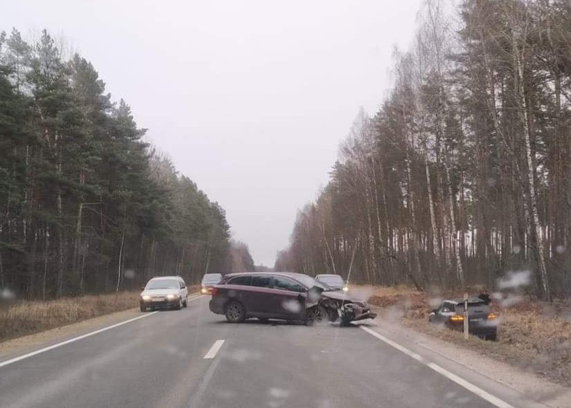 Avarējušā mašīna bloķē satiksmi, bet cietušais apvidus auto nobraucis grāvī