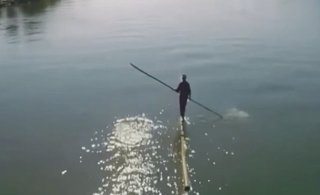 VIDEO: Hebat, Pria Ini Sebrangi Sungai Di Tiongkok Hanya Pakai Sebatang Bambu