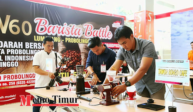 Para barista mengikuti kompetisi racik kopi