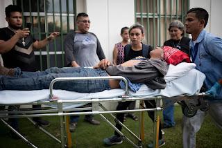 """Una gigantesca manifestación que pedía la salida del presidente fue reventada con violencia por los seguidores del FSLN. Hay decenas de heridos. """"Aquí nos quedamos todos"""", afirma Ortega"""