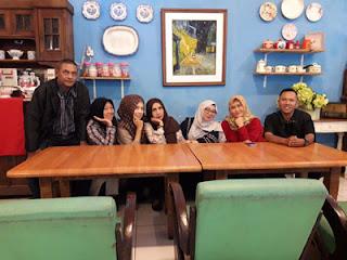 Foto bersama Ida dkk di Ayam Kremes Potre Koneng Madura, Jl. Dieng 2A Malang