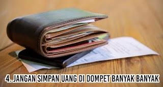 Jangan simpan uang di dompet banyak banyak merupakan salah satu tips menghemat uang agar akhir bulan tetep oke