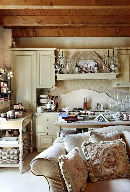 boiserie c piccola cucina aperta sul soggiorno