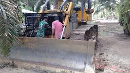 Personil Satgas TMMD ke 112 Kodim 0416/Bute Bantu Operator Perbaiki Alat Berat Bulldozer