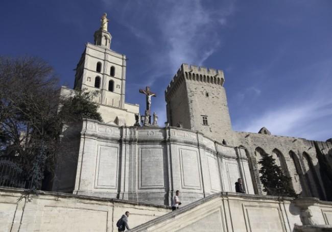 Avignon (cité des papes) : un homme poignardé par un clandestin pour avoir pris la défense d'une femme