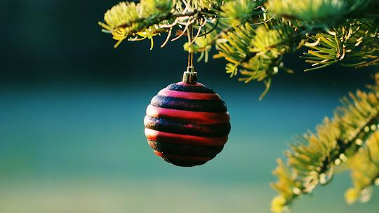 download besplatne Božićne pozadine za desktop 1920x1080 HDTV 1080p čestitke blagdani Merry Christmas kuglica za bor
