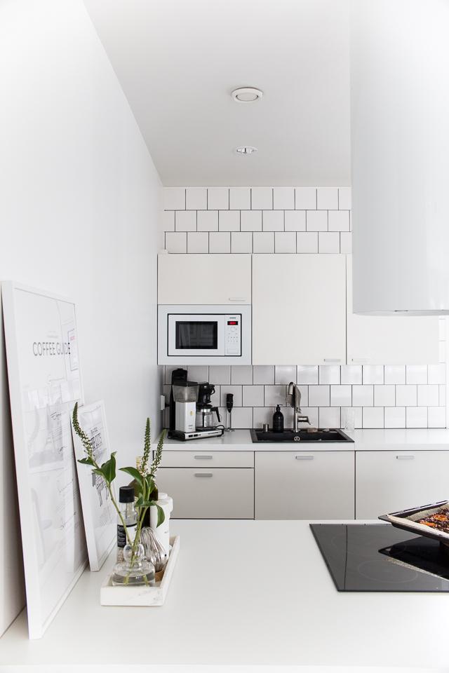 keittiön taulu, desenio, sisustustaulu keittiöön, Villa H, valkoinen keittiö, keittiön sisustus
