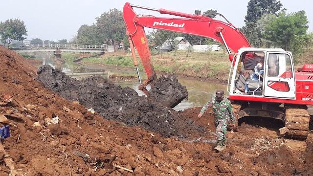 Satgas Sektor 21 Alihkan Alat Berat Dari Cidurian, Keruk Sedimentasi Sungai Cipamokolan