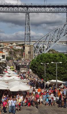 Turistas na Ribeira do Porto junto da ponte
