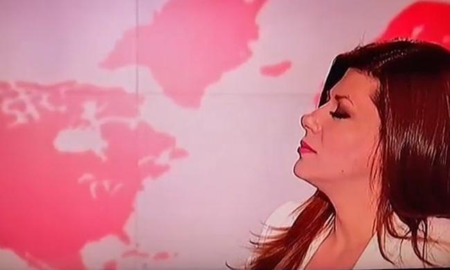 Η Λίνα Δρούγκα «πετάγεται στον αέρα» όταν ο φακός την «πιάνει» να... χαζεύει! (Βίντεο)
