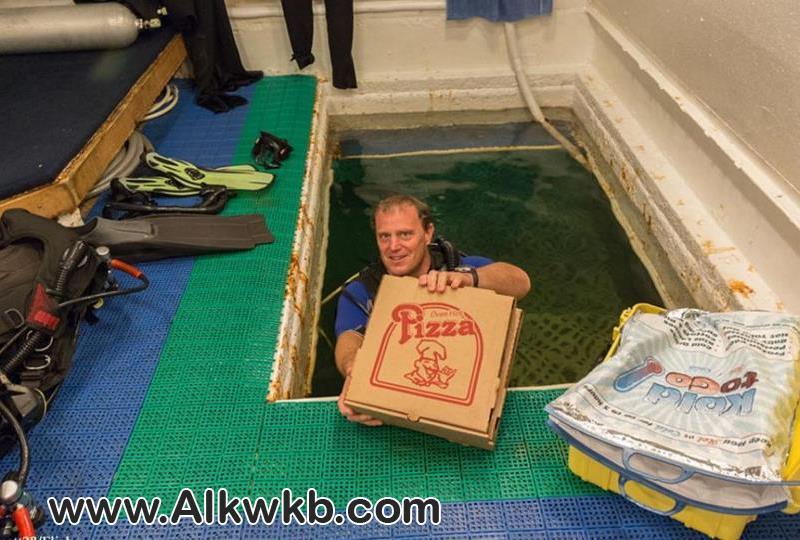 توصيل البيتزا تحت الماء