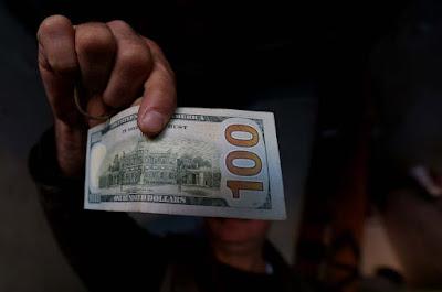 تراجع مخيف في سعر صرف الدينار العراقي مقابل العملة الأمريكية وامتعاض شعبي من تأثر الأسواق