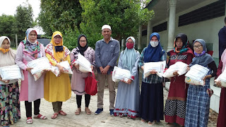 Guru MDTA Airputih Terima Bantuan Beras Djohar Arifin