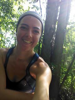 Coureuse heureuse forêt