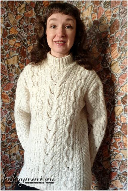 Модель свитера крупной вязки с эффектным узором из аранских кос.