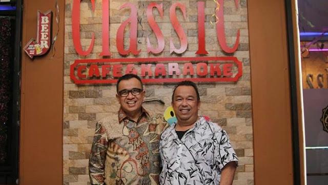 Owner Classic Cafe & Karaoke, Jaya Isman didampingi manager operasional,  Aris