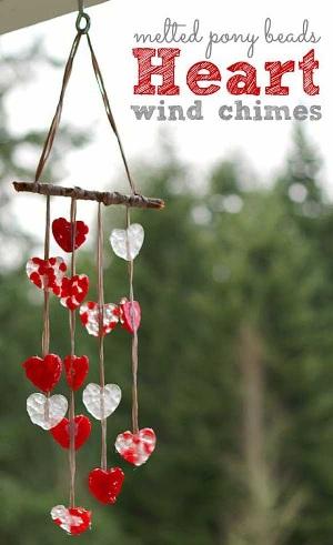 Lonceng angin terbuat dari manik-manik bentuk hati