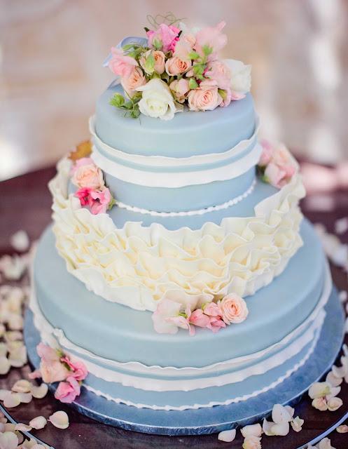 Tarta nupcial de color azul - Foto: Meg Perotti