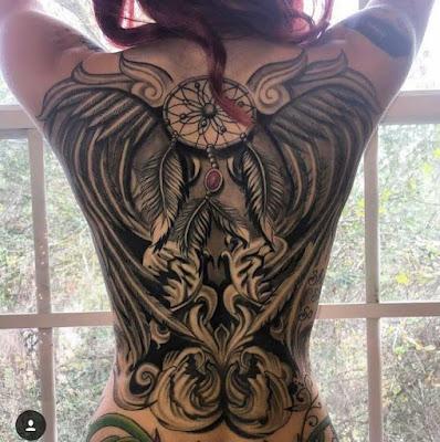 Tatuaje atrapasueños y alas en la espalda