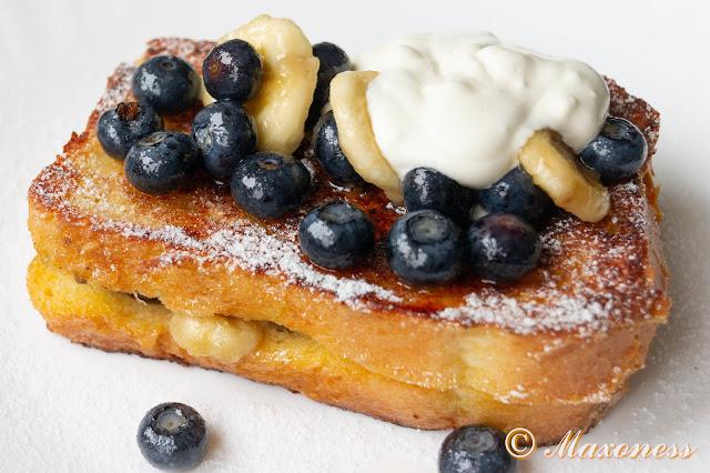Французские тосты с бананами и голубикой