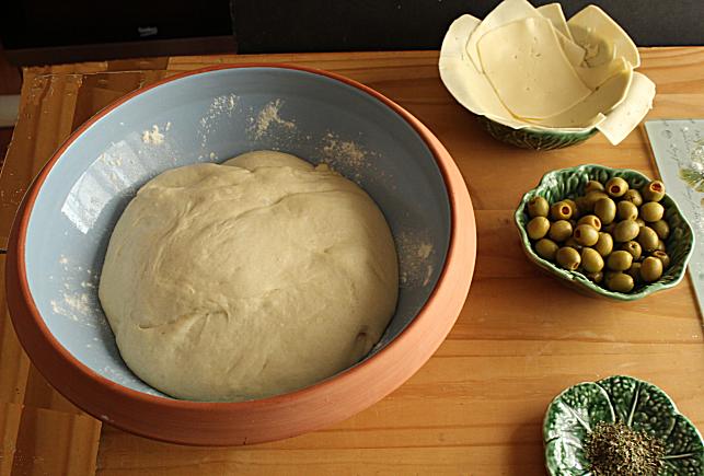 pao caseiro recheado com queijo e azeitonas