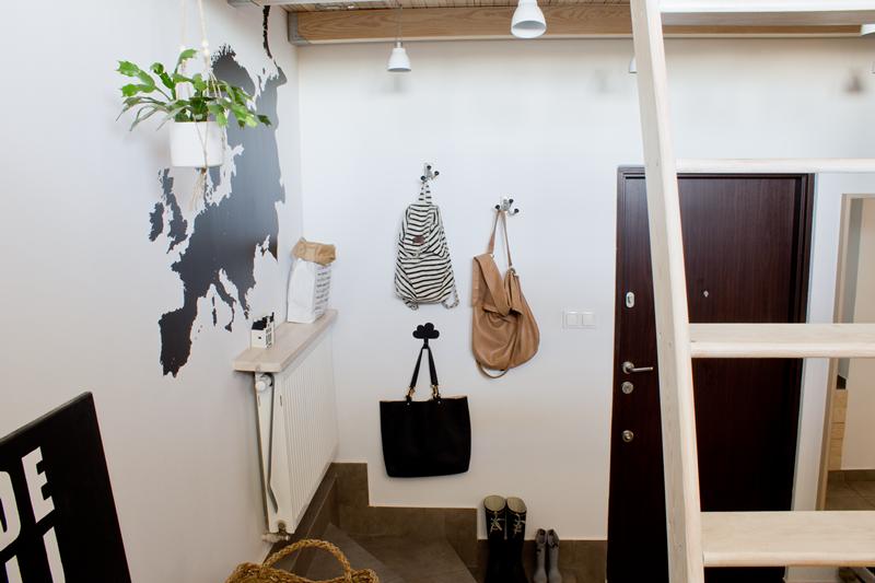 wieszak na torebki, drabina na antresolę, makrama, wisząca doniczka, drzwi wejściowe, naklejka ścienna, czarno białe wnętrze, drewno we wnętrzu
