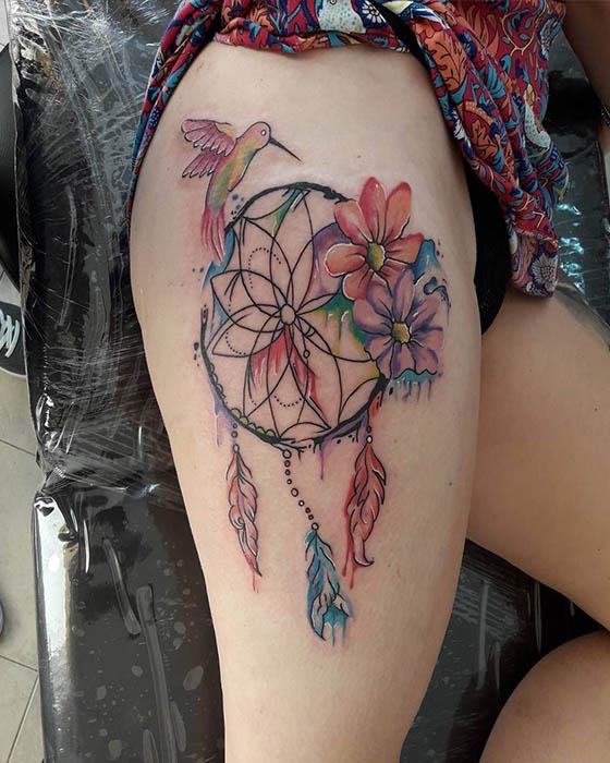 Tatuajes de atrapasueños femenino de colores