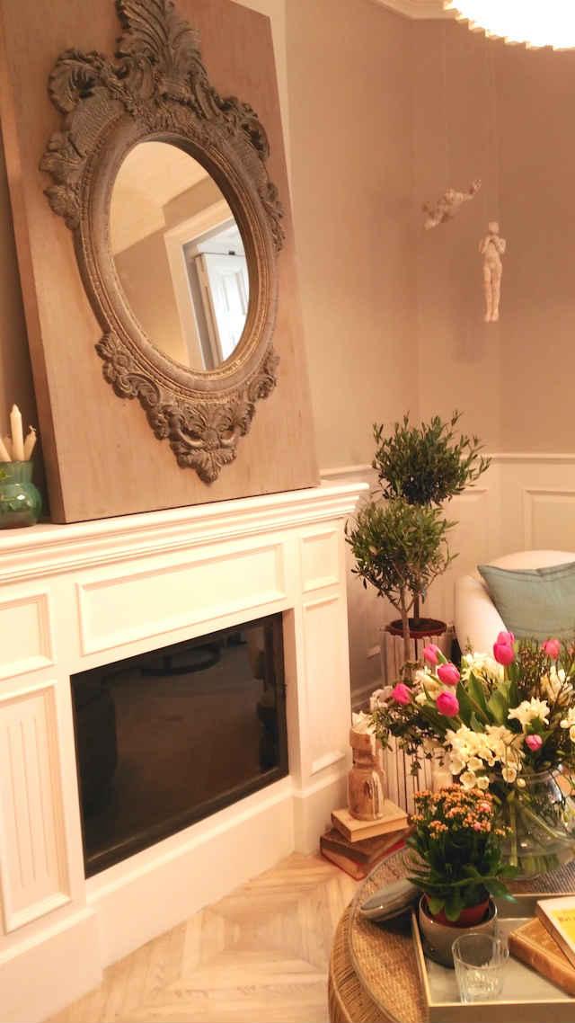 chimenea con espejo sobre tabla