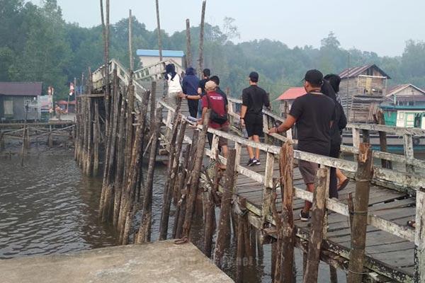 Jembatan Kayu penghubung desa dabong dengan pulau dabong