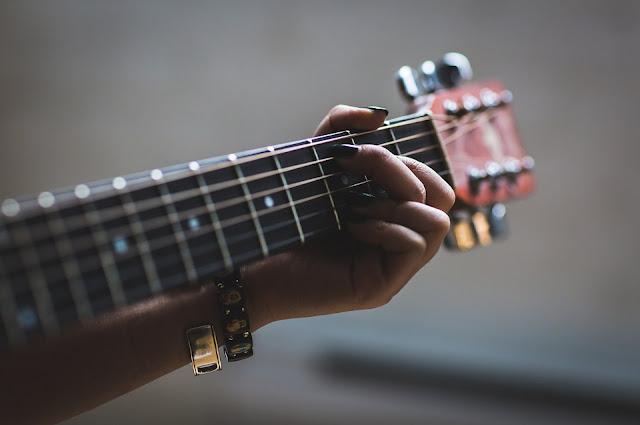 Aprender a tocar la guitarra es fácil.