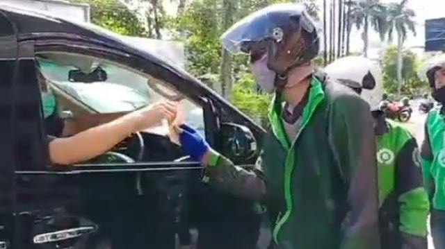 Viral Pengendara Alpard Bermasker Bagi-bagi Duit Rp 100 Ribu ke Driver Ojol