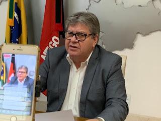 O governador  João Azevedo em redes sociais, conclama idosos a fazerem cadastro para vacinação contra a Covid-19: 'rápido e fácil'