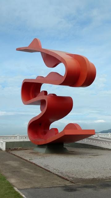 escultura de tomie ohtake na praia de santos