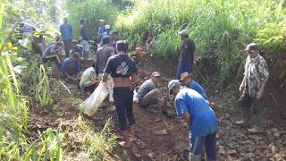 Sersan Dua Feri Pelopori Bersihkan Jalan Desa Sumberduren Kecamatan Tiris