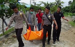 Masyarakat digegerkan dengan penemuan mayat laki-laki di kebun sawit PT MJP 2 afdeling A 15, Dusun Nanga Menterap, Desa Menterap, Kecamatan Sekadau Hulu