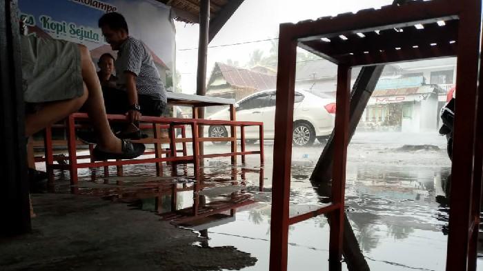 Drainase Buruk, Air Hujan Meluap ke Badan Jalan di Tekolampe