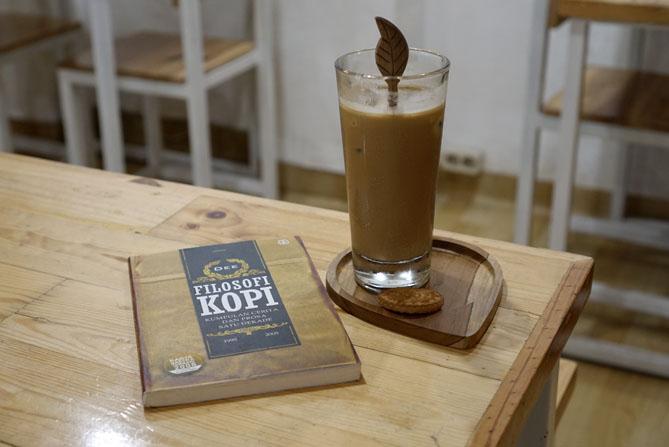 Es kopi susu di Paperplane Coffee Jogja