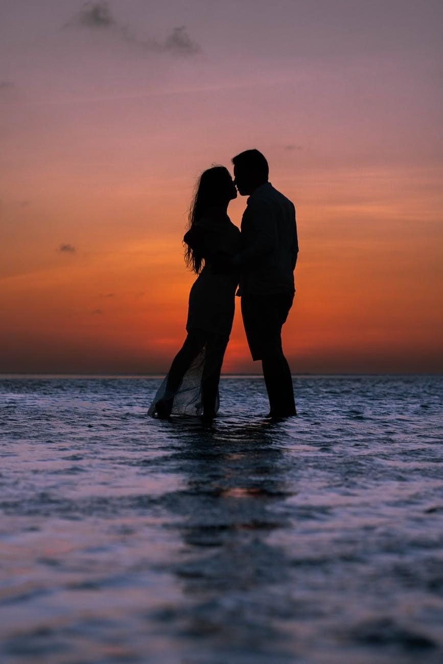 romantic kiss dp for whatsapp