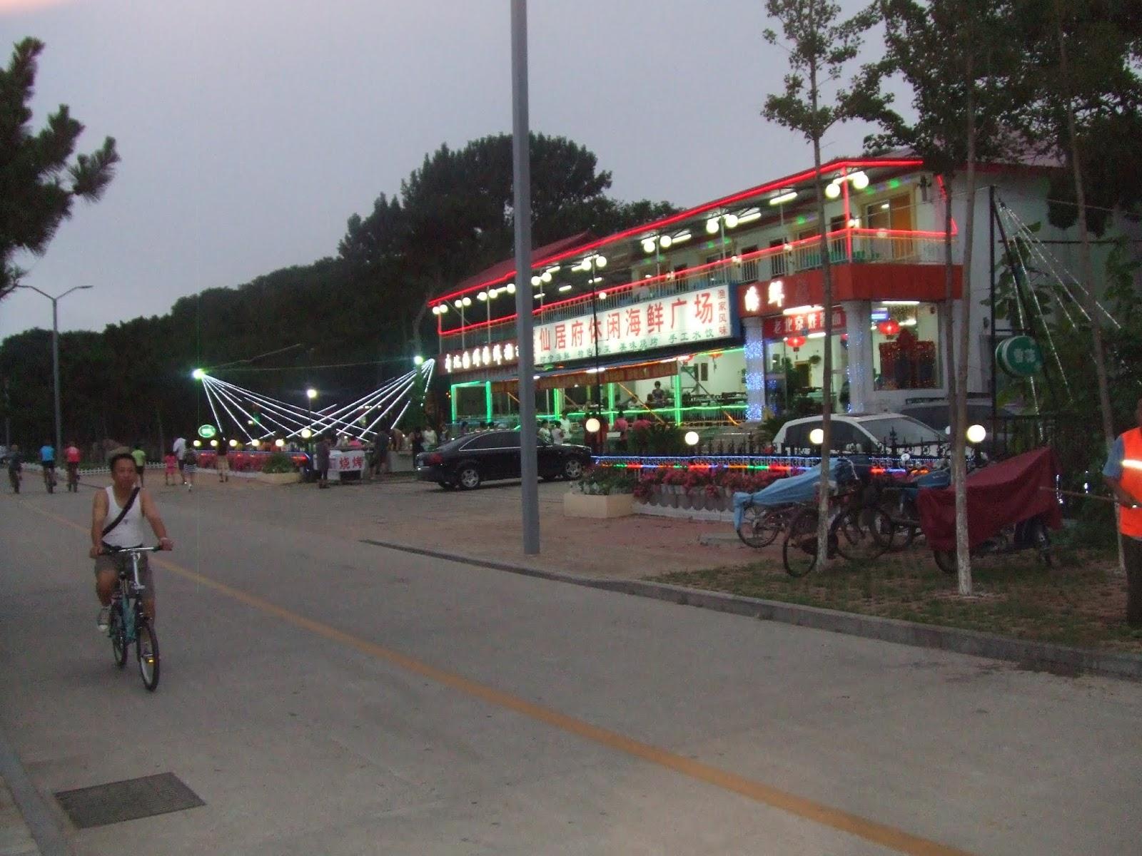 Restaurant mit roter und grüner Neonbeleuchtung