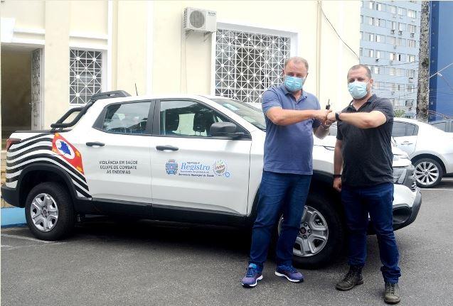 Prefeito Gilson Fantin entrega novo veículo para uso da equipe de Endemias