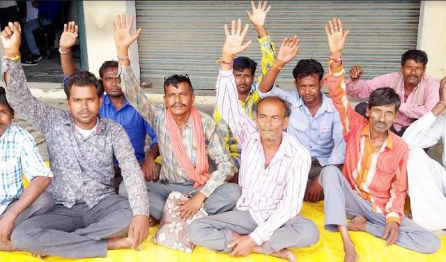 मंदिर की भूमि पर कब्जे से नाराज ग्रामीणों ने दिया धरना - newsonfloor.com