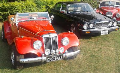 O MG TF Avallone estaciona ao lado de um Jaguar.