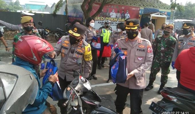 Korlantas Polri bagikan Bansos di Penyekatan PPKM Jayanti Kabupaten Tangerang