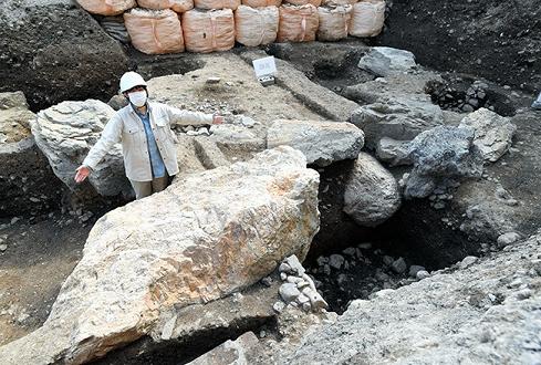 Des pierres massives sur le site de la résidence d'un Shogun font allusion à un pouvoir important